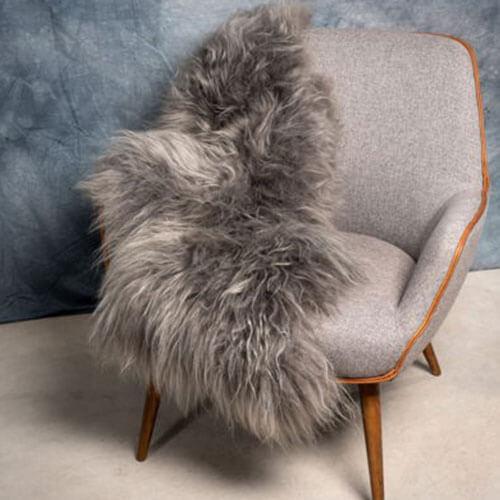 schapenvacht geverfd steengrijs op stoel