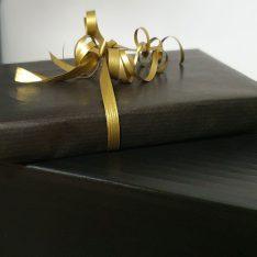 zwart goud kado verpakt